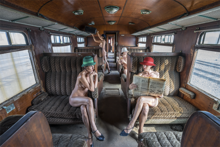 The-Railroad-Car-Fotokunst-vrouwen